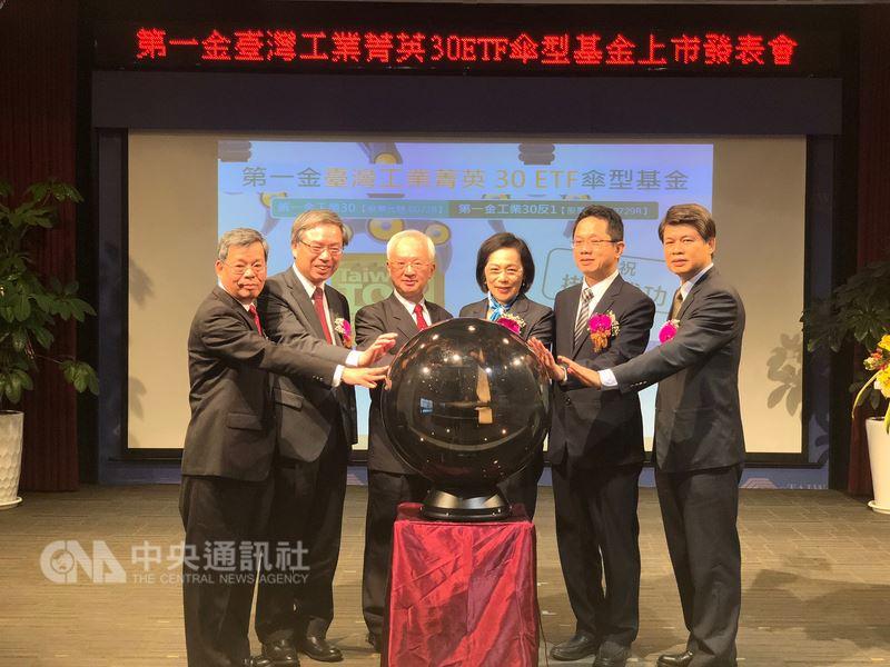 第一金控旗下第一銀行真的可以說是幸福企業,董事長董瑞斌(左3)表示,一銀目前在國內有7000名員工,去年年薪在新台幣100萬元以上的占56%。中央社記者田裕斌攝  107年4月17日