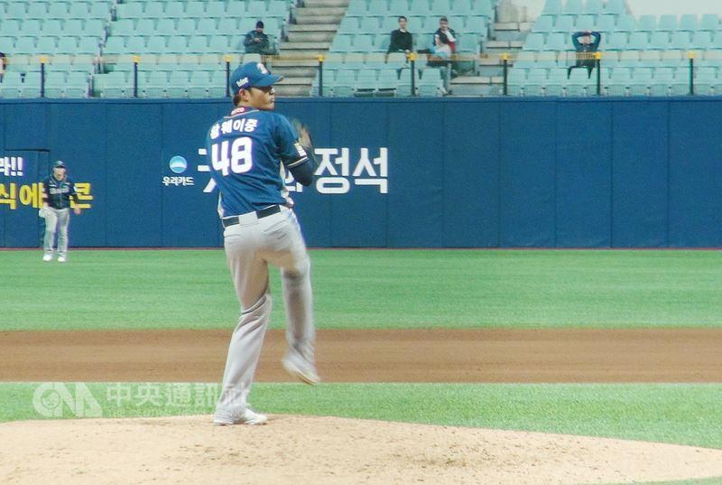 效力於韓職棒NC恐龍隊的台灣左投王維中17日晚間在首爾高尺洞小巨蛋球場客場與耐克森英雄交手。中央社記者姜遠珍首爾攝 107年4月17日