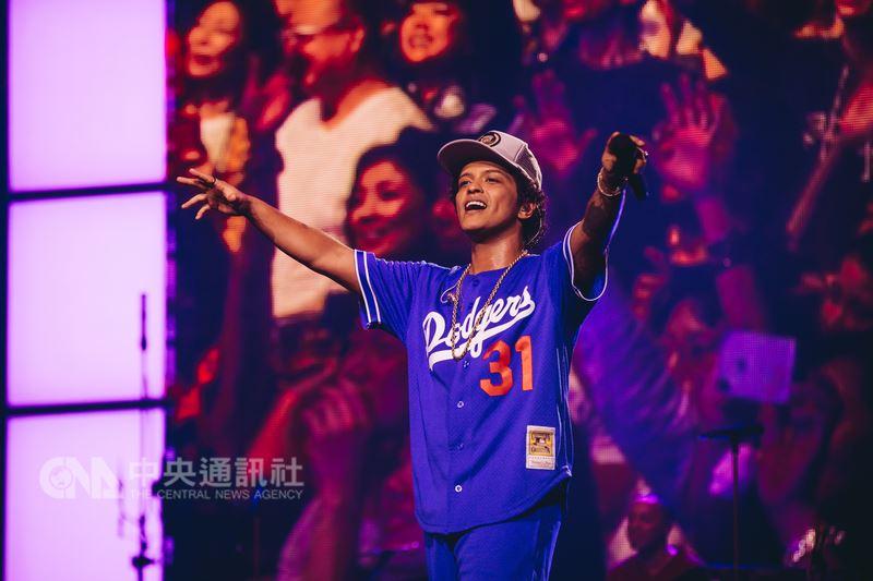 美國R&B歌手「火星人」布魯諾(Bruno Mars)17日晚間在台北南港展覽館開唱,大秀中文「寶貝,我好想你」,朝粉絲放電。(Live Nation理想國提供)中央社記者江佩凌傳真 107年4月17日