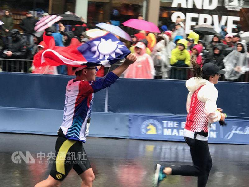 第122屆波士頓馬拉松賽美東時間16日登場,台灣有163名選手及眷屬參加,不少選手不畏低溫和風雨,堅持完賽,並在終點前高舉中華民國國旗衝線。(駐波士頓代表處提供)中央社記者尹俊傑紐約傳真 107年4月17日