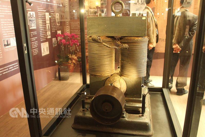 成功大學電機系收藏的愛迪生霍普金森直流發電機約有133年歷史,不僅是台灣目前僅存年代最古老的發電機型,全世界也僅剩3台。另外兩台分別由英國大英博物館、日本東京國立科學博物館收藏。中央社記者楊思瑞攝  107年4月17日