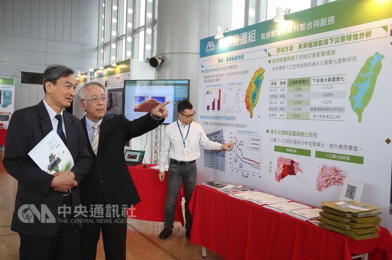 科技部次長蘇芳慶(左)17日出席國家災害防救科技中心106年度成果發表會,瞭解防災科技應用、災害情資即時監測與掌控。中央社記者謝佳璋攝 107年4月17日