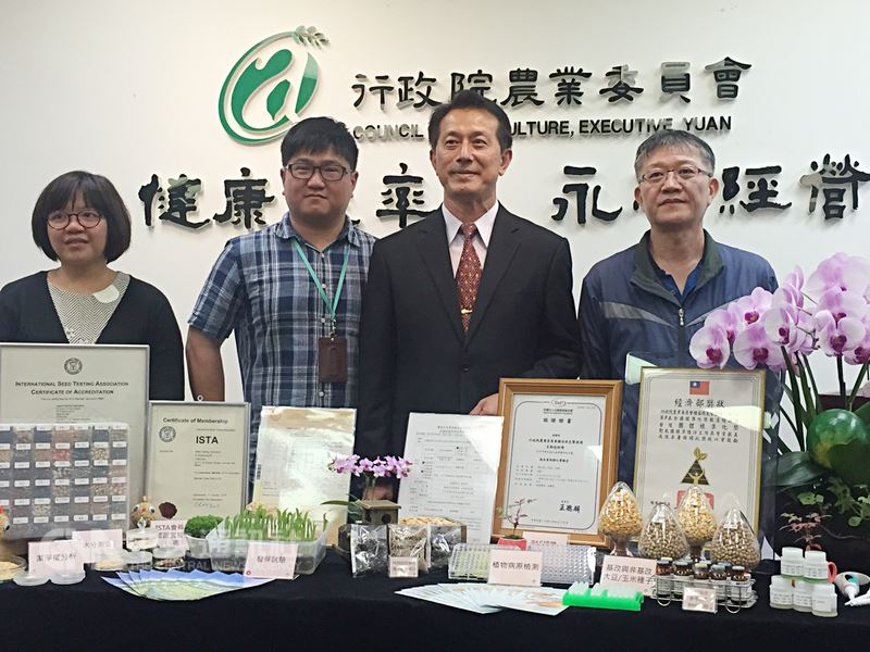 農委會種苗改良繁殖場17日召開「高品質種子政府把關」記者會。種苗場場長張定霖表示,台灣一年的種子進出口值合計3億美元,其中約有一半是出口,出口產值為國際種子聯盟(ISF)排名全球第22名。中央社記者楊淑閔攝 107年4月17日