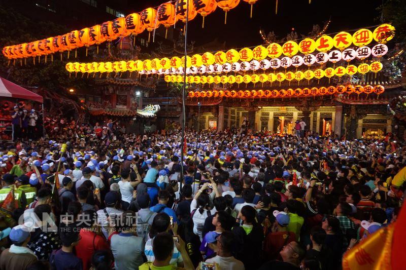 媽祖是台灣普遍的民間信仰,大甲鎮瀾宮每年南下遶境進香活動,吸引百萬信徒隨行,規模最浩大。中央社記者趙麗妍攝 107年4月18日