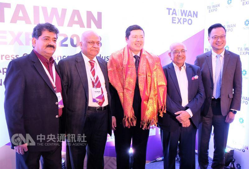 外貿協會秘書長葉明水(右3)17日在印度新德里主持台灣形象展記者會,並與印度工商聯合會電子與白色家電製造委員會主席米塔(右2)等工商團體領袖及台灣傑出企業代表合影。中央社記者康世人新德里攝   107年4月17日