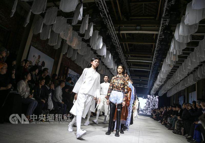 2018台灣文博會文博之夜18日晚間在台北華山文創園區登場,結合時尚職人走秀,推出國際時尚趨勢的交流晚會,呈現台灣最令人感動的文化饗宴。中央社記者謝佳璋攝 107年4月18日