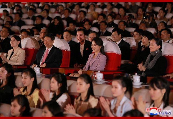 北韓領導人金正恩妻子李雪主日前欣賞中國藝術團的芭蕾舞劇表演。(圖取自北韓中央通信社網頁kcna.kp)