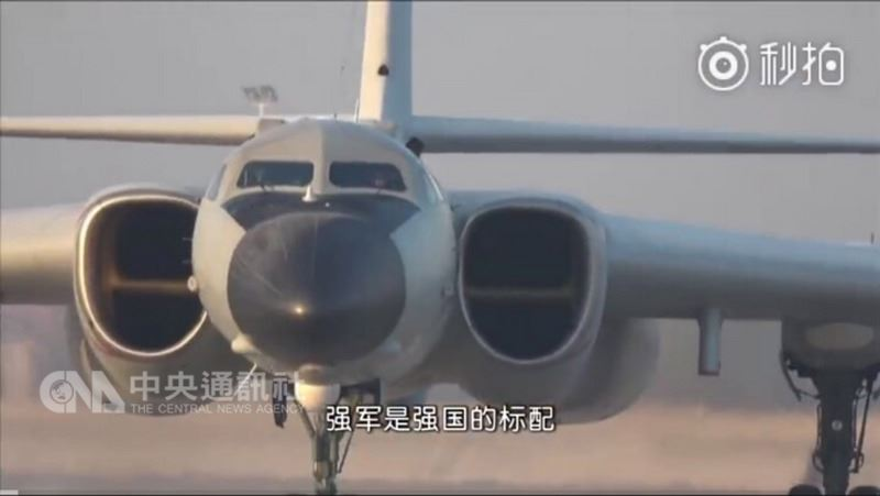 中共空軍19日刻意推出台語版的「神威與戰神相約」宣傳片,以轟6K轟炸機為主題,附和中國官方近來一連串的反台獨宣傳,一開頭首先提到「強軍是強國的標配」。(截自中共空軍微博)中央社記者邱國強北京傳真 107年4月19日