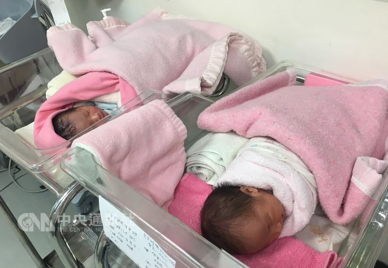 南投縣一名孕婦超過預產期,但害怕催生仍堅持自然產,妊娠41週陣痛到醫院待產,羊水一破,卻掉下墨綠色胎便,胎心音監測也發現胎兒心跳不穩,緊急剖腹產,生下健康女娃。示意圖非當事嬰兒。(南投醫院提供)中央社記者蕭博陽南投傳真 107年4月19日