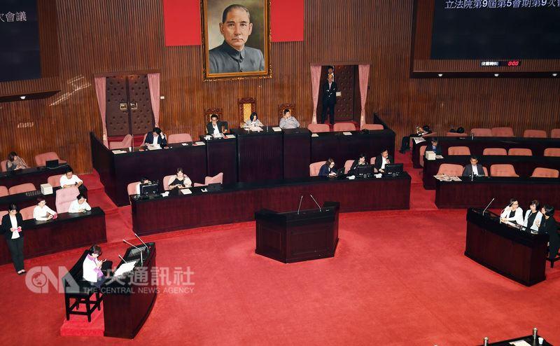 立法院20日院會審軍改案,民進黨團為了拚付委,立委一早進入議場,守住主席台與發言台。中央社記者施宗暉攝  107年4月20日