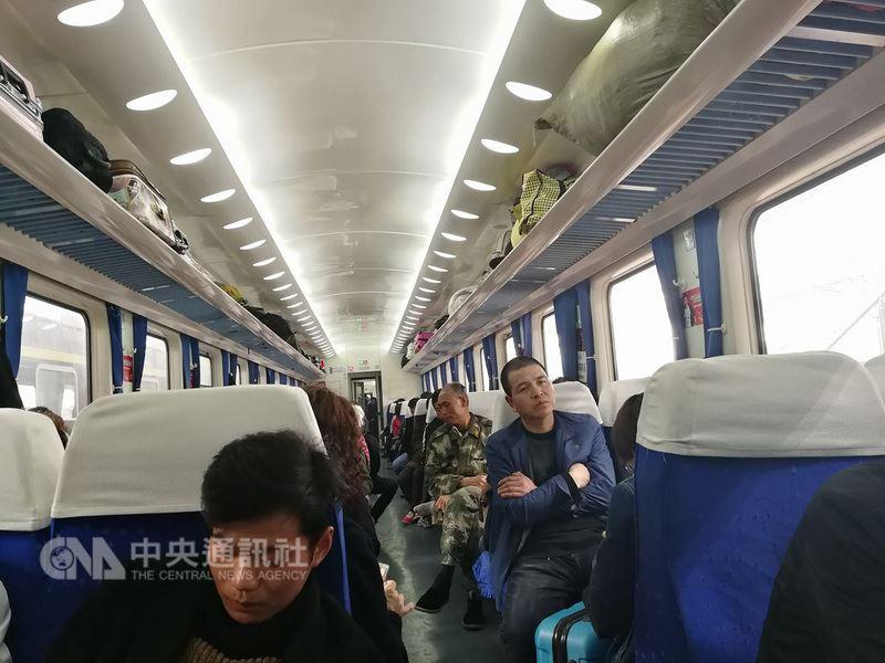 中國官方為了懲罰惡意逃票、健全信用社會機制的政策,卻讓外地訪民搭乘列車前往北京喊冤的路變得更難。原因在於,不少訪民在逐級上訪過程耗盡家產,一張足額的車票變得遙不可及。圖為搭乘火車的中國民眾。中央社記者陳家倫上海攝 107年4月20日