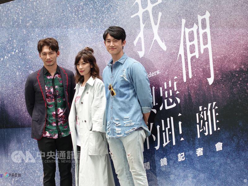 公視新戲「我們與惡的距離」20日在台北舉行開鏡祈願儀式,主要演員溫昇豪(左起)、賈靜雯、吳慷仁等人出席,祈求拍攝順利。中央社記者江佩凌攝 107年4月20日