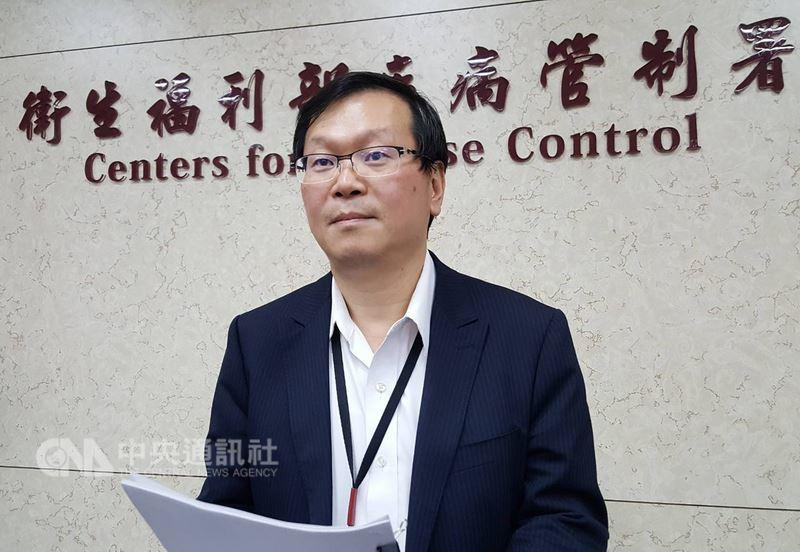 麻疹疫情持續延燒擴大,衛福部疾管署副署長莊人祥20日表示,再新增一名台灣虎航空服員麻疹確定病例,且另有一名境外移入個案次波感染的女性,則是就醫時遭傳染。中央社記者陳偉婷攝 107年4月20日