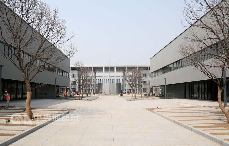 中共中共、中國國務院20日批復同意「河北雄安新區規劃綱要」,確立雄安新區作為北京非首都功能疏解集中承載地。圖為新落成的雄安市民服務中心。(中新社提供)中央社 107年4月20日