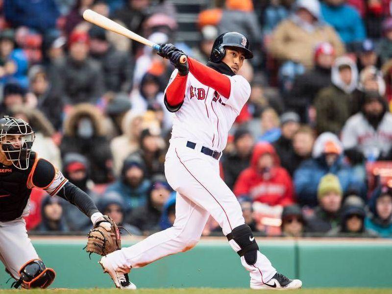 效力美國職棒MLB波士頓紅襪隊的林子偉(中)是繼陳金鋒、胡金龍和林哲瑄後,第4位登上大聯盟的台灣野手。(圖取自紅襪隊臉書facebook.com/RedSox)