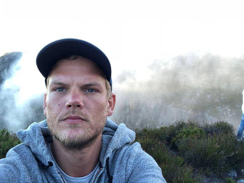 瑞典電音鬼才DJ艾維奇(Avicii)20日在西亞國家阿曼(Oman)過世,得年28歲。(圖取自艾維奇臉書網頁facebook.com/avicii)