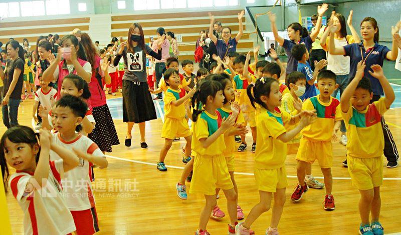 澎湖縣政府辦理「運動i台灣」計畫,21日推出幼兒體能趣味活動和身障運動樂活運動大集合活動,安排親子同跳開場舞,讓現場歡樂不斷,笑聲滿溢。中央社 107年4月21日
