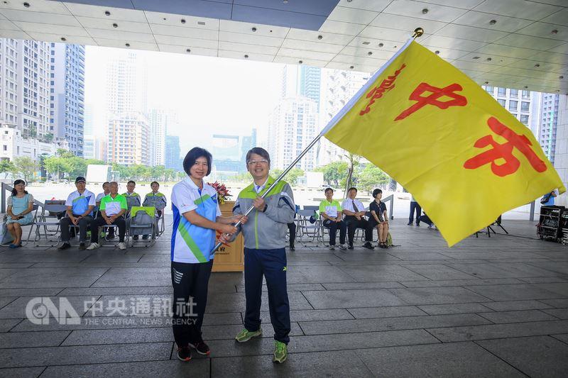 107年全國中等學校運動會21日晚上在台中市開幕,台中市副市長林依瑩(前左)上午授旗給台中市代表隊,希望選手們全力以赴,締造超越過去的最好成績。中央社記者郝雪卿攝 107年4月21日