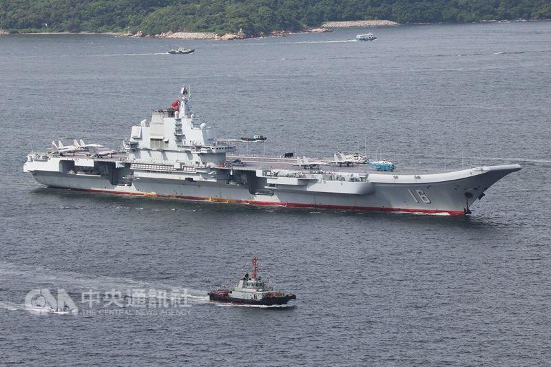 國防部20日晚間表示,共軍遼寧號航空母艦艦隊19日通過巴士海峽,國軍依規定全程掌握、監偵應處。圖為遼寧號2017年經過香港海域畫面。(中央社檔案照片)