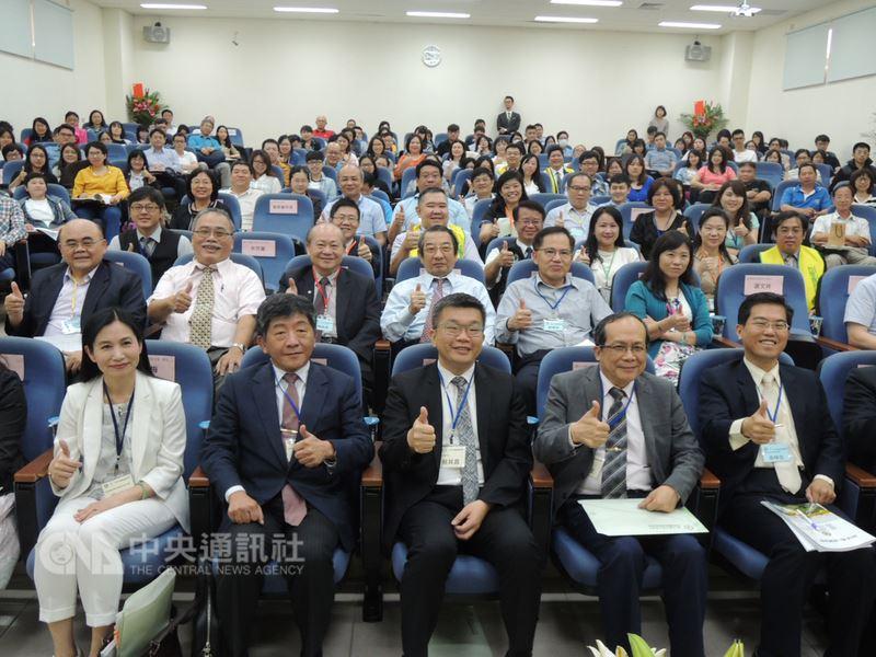 立法院副院長蔡其昌(前中)與衛生福利部長陳時中(前左2)21日在台中中興大學,出席由中興大學法律學系與台灣食品技師協會舉辦的「2018食品法研討會」,並和現場與會來賓一同比讚合影。中央社記者郝雪卿攝 107年4月21日