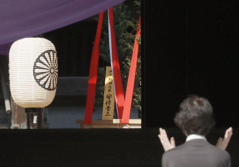 21日開始舉行的靖國神社春季例大祭,日本首相安倍晉三供奉被稱為「真榊」的盆栽供品。(共同社提供)
