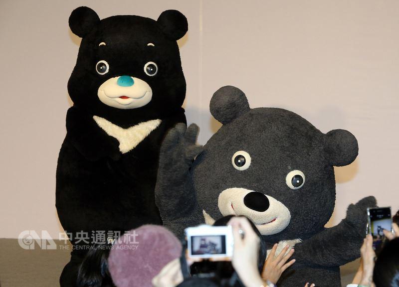 台北市吉祥物熊讚接受「微整形」,新造型「海洋熊讚」(左)21日下午首次亮相,由舊熊讚(右)向大家介紹這位「新朋友」,雙方交接職務後,舊熊讚正式退場,讓台下熊粉相當不捨。中央社記者郭日曉攝 107年4月21日