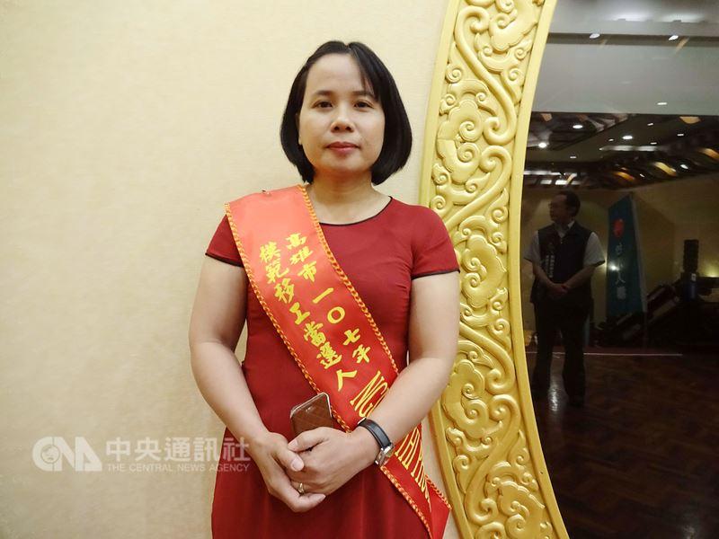 高雄市勞工局舉辦107年度模範移工表揚活動,來自越南的阮氏芳(NGUYEN THI PHUONG)獲選為今年模範移工家庭看護類得獎者,21日接受表揚。中央社記者陳朝福攝  107年4月21日