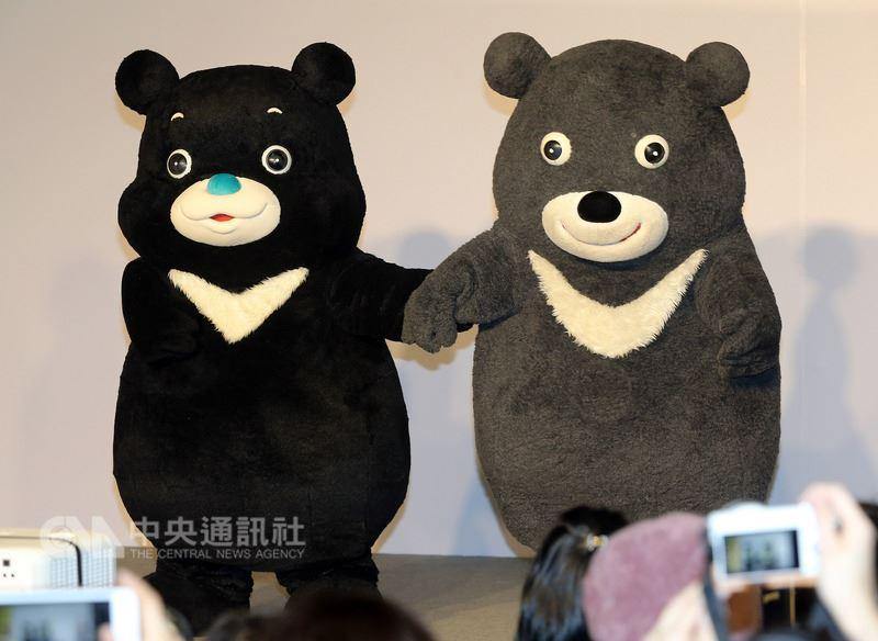 台北市吉祥物熊讚接受「微整形」,新造型21日下午正式亮相,舊熊讚(右)介紹這位「新朋友」海洋熊讚(左),兩隻熊讚同台站在一起,哪裡不同一目了然。中央社記者郭日曉攝 107年4月21日