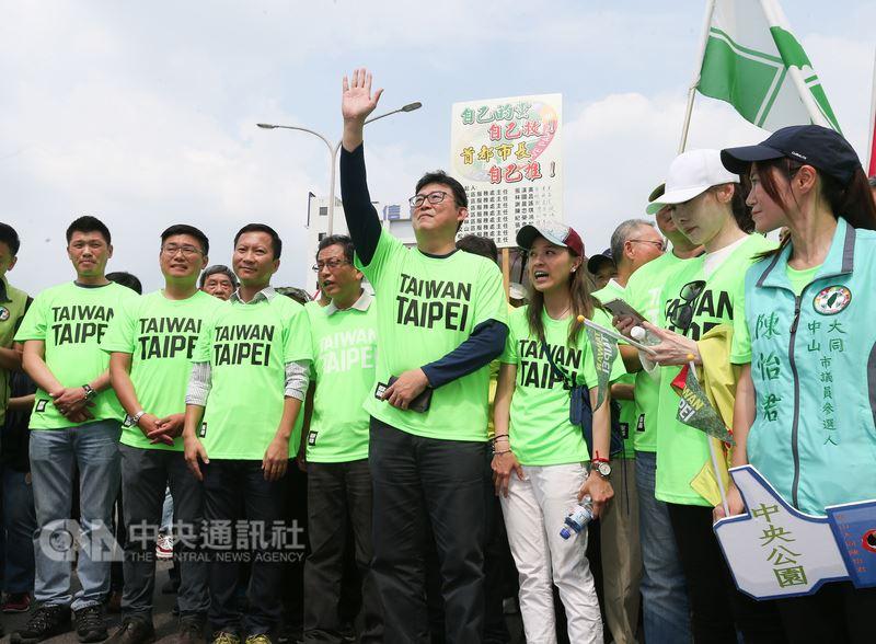 民進黨立委姚文智(中)主辦的「422機蛋大遊行」22日下午2時登場,多名同黨北市議員和議員參選人到場支持。中央社記者謝佳璋攝 107年4月22日
