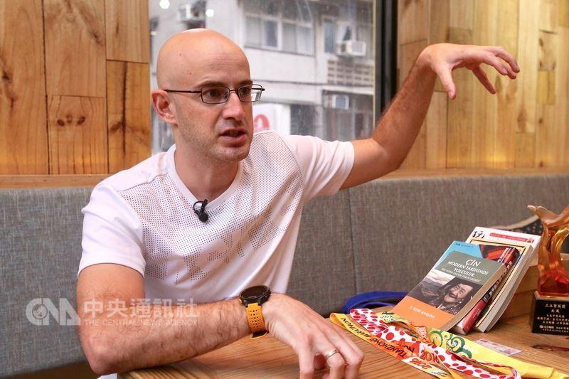 日前獲台灣身分證的土耳其籍藝人吳鳳,談到眼中的台灣,他直言台灣是溫柔的社會,但最要改善的地方是國際觀的視野,「要跟世界接軌,台灣這方面真的需要很大的努力」,他認為可以多向荷蘭看齊。中央社記者吳翊寧攝 107年4月22日