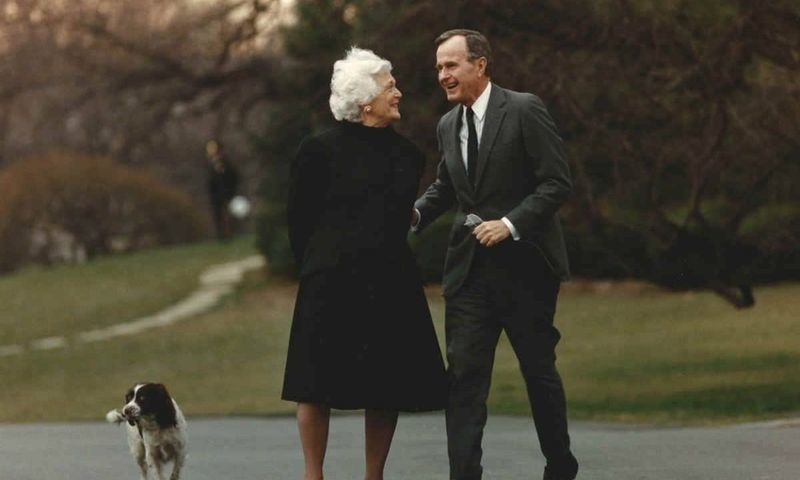 美國前第一夫人芭芭拉.布希(中左)17日辭世,她以一頭雪白銀髮和保護家人的強悍作風著稱,丈夫和子女因此都喊她「銀狐」。(圖取自白宮網頁whitehouse.gov)