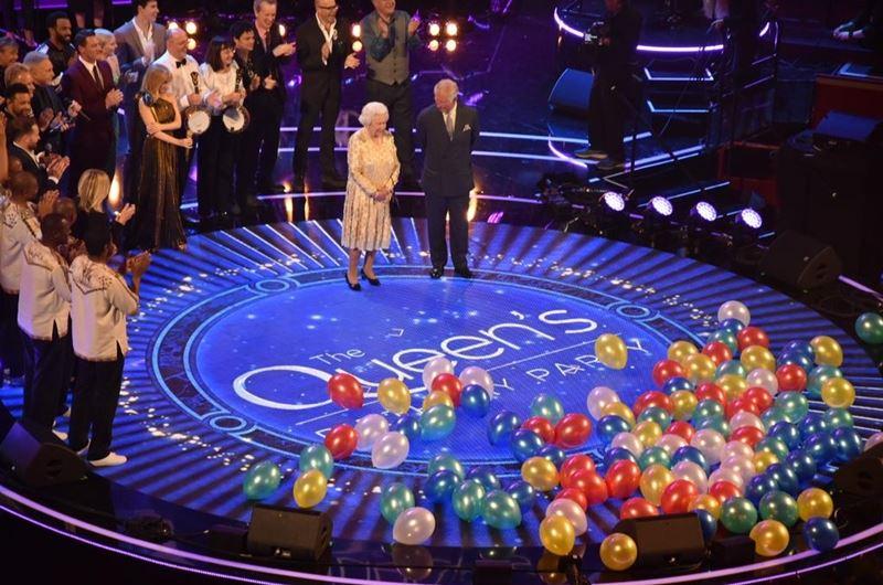 英國女王伊麗莎白二世(中左)歡慶92歲大壽,她的兒子查爾斯王子21日在慶生音樂會上打趣地當眾喊她「媽咪」,女王忍俊不住,翻了個白眼。(圖取自英國王室推特網頁twitter.com/royalfamily)