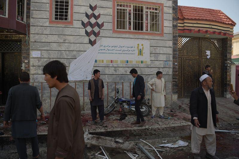 阿富汗首都喀布爾一處選民登記中心22日遭自殺炸彈客引爆炸彈攻擊,至少造成48人喪生和112人受傷。(法新社提供)