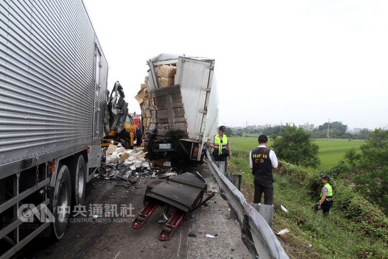國道1號南下台南麻豆路段23日發生車禍,造成2名員警及大貨車駕駛共3人當場死亡,現場貨物散落一地。中央社記者楊思瑞攝 107年4月23日