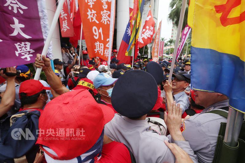 退休警消及公教團體成員23日下午走上街頭陳情抗議,呼籲政府重視退休警消權益,抗議群眾一度欲闖監察院,遭警方阻擋,雙方推擠。中央社記者吳家昇攝 107年4月23日