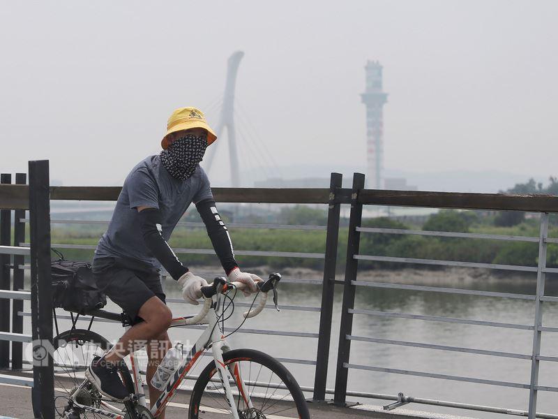 環保署預報23日西半部地區空氣品質可能達橘色等級,局部地區更可能達紅色等級。(中央社檔案照片)