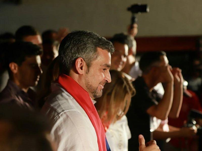 巴拉圭22日選出執政黨前參議員阿布鐸(中)為新任總統,他的父親曾任已故獨裁者史托斯納爾的私人秘書。(圖取自阿布鐸臉書www.facebook.com/MaritoAbdo2018)