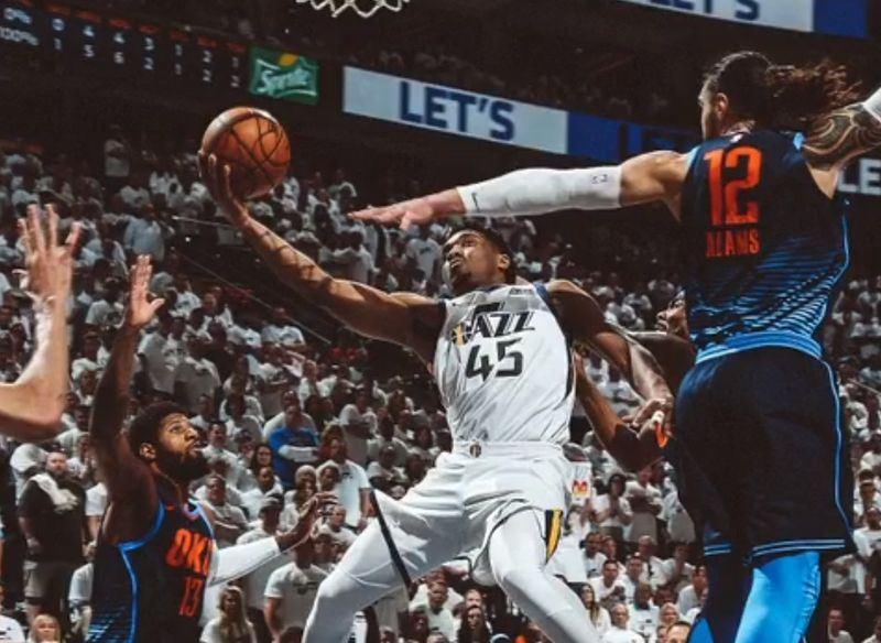 美國職籃西區季後賽猶他爵士21歲菜鳥後衛密契爾(中),24日轟下季後賽生涯單場最高的33分。(圖取自爵士隊推特 twitter.com/utahjazz)