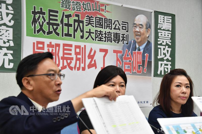 新任教育部長吳茂昆傳出在美國設公司爭議,國民黨立法院黨團24日上午召開記者會,書記長李彥秀(右)表示,針對所提出的證據,事實非常明確,希望吳茂昆儘速交代清楚,也要知所去留。中央社記者王飛華攝  107年4月24日