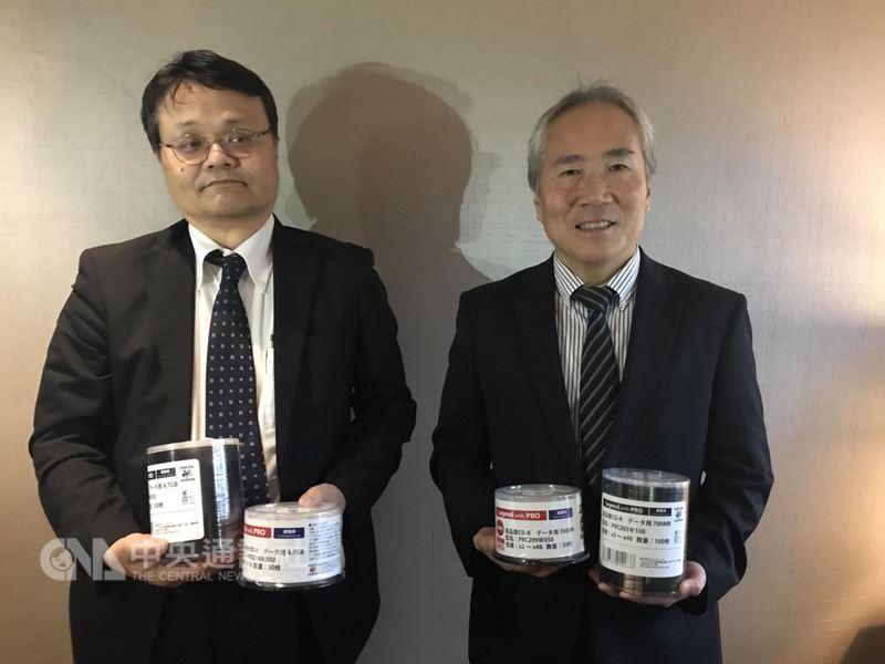 錸德深耕光碟專業市場展實績,24日宣布接獲日本太陽誘電合作授權的廠商Japan Disc公司的代工及銷售合約,預計5月開始出貨,6月20日開始銷售,為3年以上的長約。圖左起Japan Disc技術開發長高岸吉和、業務總經理內藤峰。中央社記者韓婷婷攝  107年4月24日