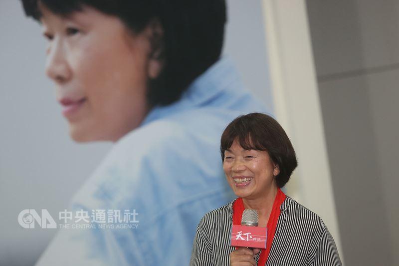 作家龍應台24日在台北舉辦「天長地久-給美君的信」新書發表媒體茶敘,在活動中回顧與母親的互動。中央社記者吳家昇攝 107年4月24日