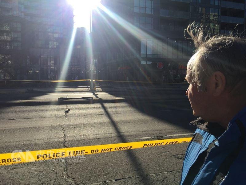 白色厢型车冲撞加拿大多伦多闹区路人。警方封锁繁忙路段,路中徒留厢型车保险杆,路人余悸犹存。中央社记者胡玉立多伦多摄  107年4月23日