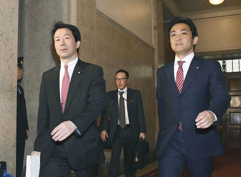 日本民進黨與希望之黨討論合併事宜,最快24日決定合併後的新黨名。圖為民進黨代表大塚耕平(左)與希望之黨代表玉木雄一郎(右)。(共同社提供)