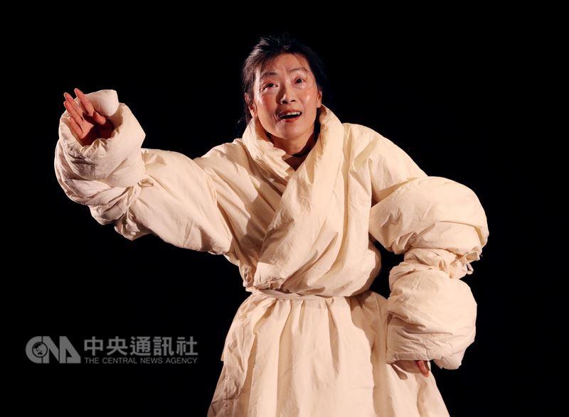 上默劇團27日起將在國家戲劇院實驗劇場演出默劇「太空」,紀念馬歇馬叟逝世10週年,台灣表演藝術家、上默劇團創辦人孫麗翠(圖)25日進行彩排。中央社記者張皓安攝 107年4月25日