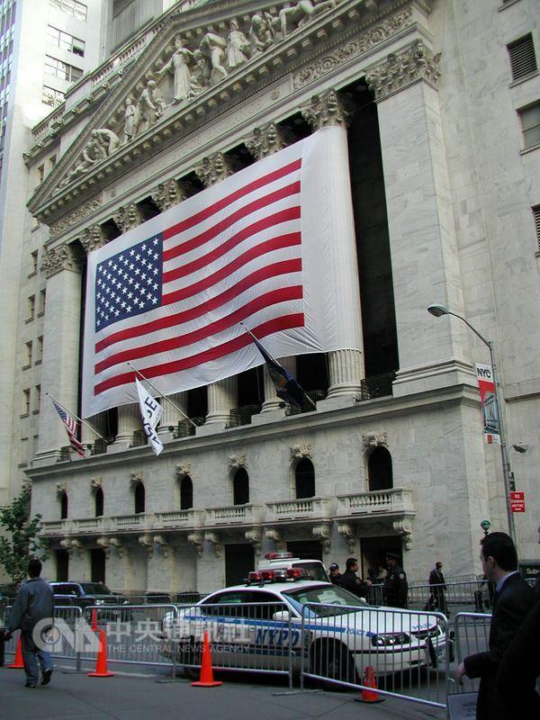 由於投資人憂慮升息,以及企業財報不如預期,華爾街股市3大指數24日都收低。圖為紐約證交所。(中央社檔案照片)