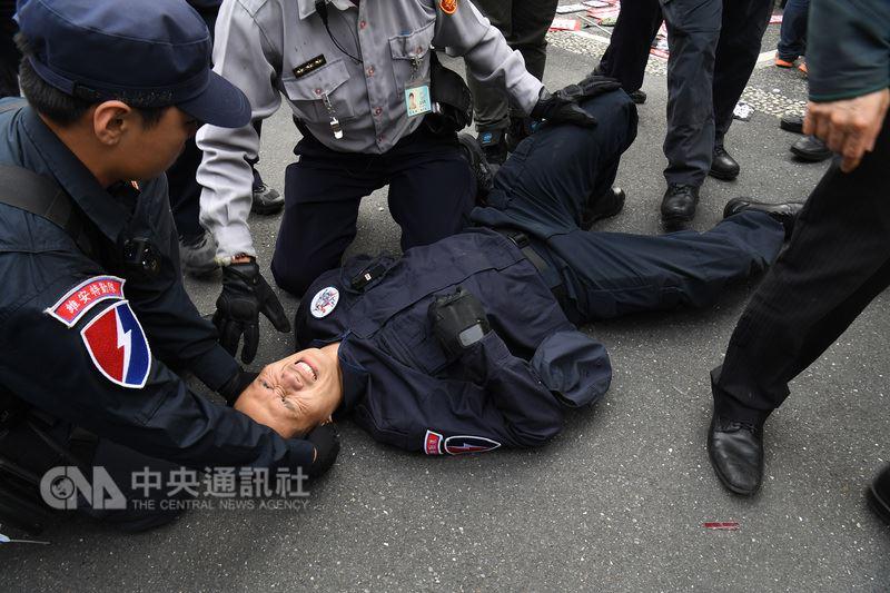 反年改團體八百壯士25日在立法院外集會抗議,下午發動攻勢拆拒馬和鐵馬護欄,部分群眾翻牆衝進立法院,與警方發生推擠衝突,數名員警在混亂中受傷。 中央社記者施宗暉攝 107年4月25日