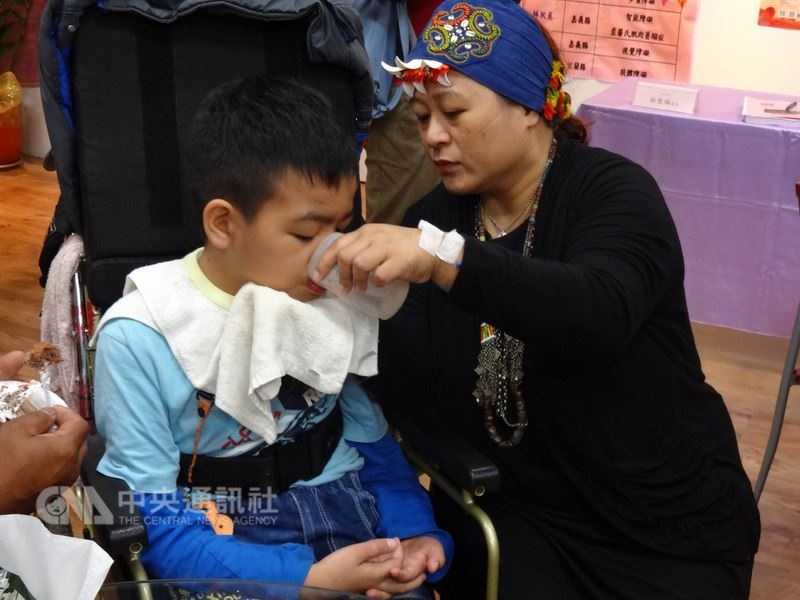 台灣無障礙協會25日舉辦「第25屆中華民國十大傑出愛心媽媽-慈暉獎」,公布所選出的十大傑出愛心媽媽,其中獲選的賴美芳(右)帶著孩子出席,並分享她與領養兒永恩的互動感人故事。中央社記者陳朝福攝 107年4月25日