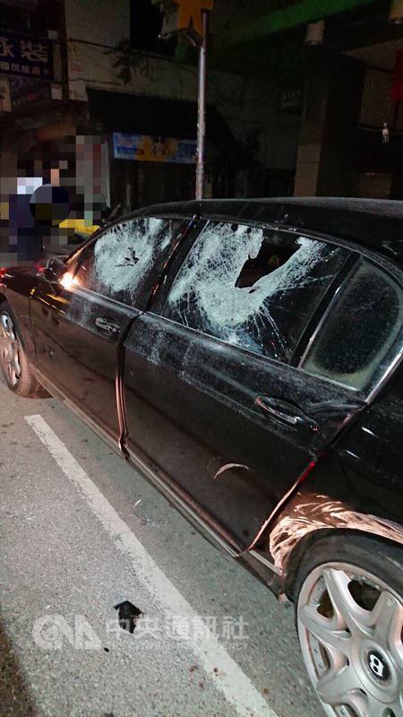 林姓男子駕駛千萬賓利車25日凌晨到台中市一家汽車旅館,充當中間人調停紛爭,未料他剛駕車出汽車旅館,竟遭10多名男子包圍持棍棒砸車,車體幾乎被砸毀,警方調查中。(翻攝畫面)中央社記者趙麗妍傳真 107年4月25日