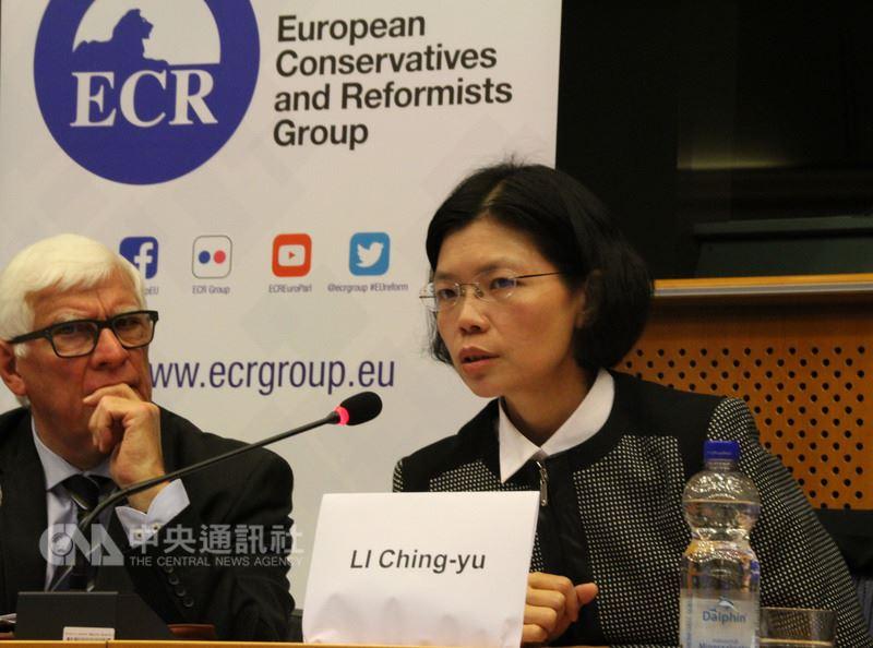 李凈瑜(右)24日前往歐洲議會,請求歐洲議會運用影響力告訴中國「支持言論自由無罪,並請釋放李明哲」。中央社記者唐佩君布魯塞爾攝  107年4月25日