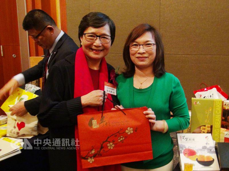 2018台灣旅遊交易會26日在首爾舉行。台灣觀光協會會長葉菊蘭(左)為台灣業者加油打氣。中央社記者姜遠珍首爾攝  107年4月26日